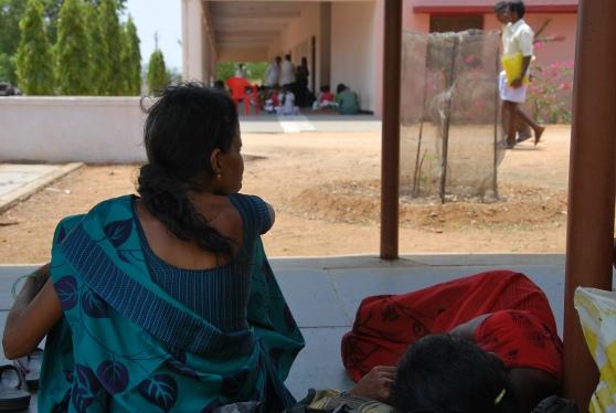 Familiares esperando a que termine el examen